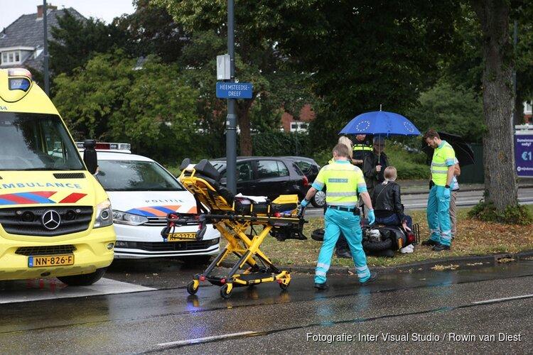 Scooterrijdster onderuit op nat wegdek in Heemstede