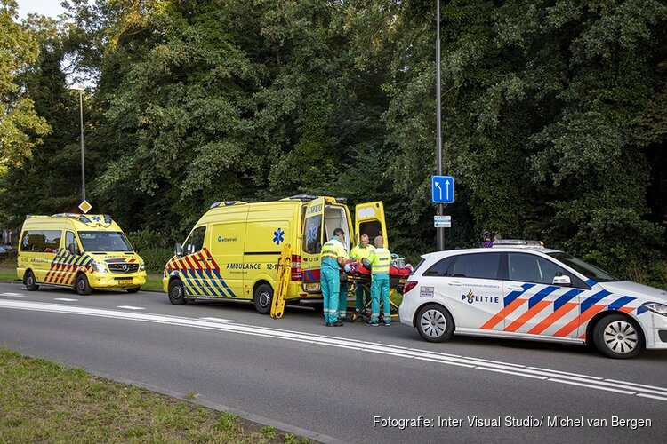 Wielrenner lelijk ten val in de Zeestraat in Beverwijk