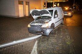 Automobilist vlucht na botsing tegen lantaarnpaal