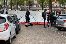 Omstanders halen drenkeling uit het water in Haarlem