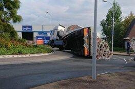 Vrachtwagen verliest evenwicht op rotonde in Haarlem en blokkeert weg