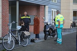 Scooterrijdster onderuit na schrikreactie van uitparkerende auto