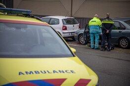 Automobilist botst tegen geparkeerde auto's, rijbewijs ingenomen