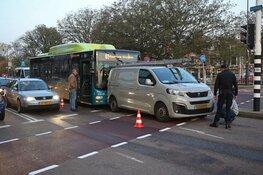 Stadsbus rijdt achterop bedrijfsbus in Haarlem
