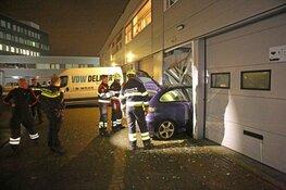 Auto rijdt bedrijfspand binnen in Waarderpolder