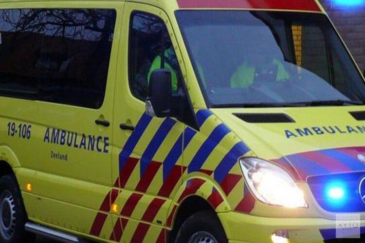 Scooter knalt op voorruit auto in Haarlem: traumateam opgeroepen