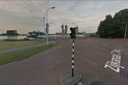 Man zwaait met hakbijl op veerpont Spaarndam: politie nog op zoek naar man