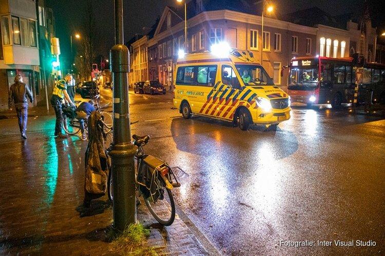Fietser geschept door auto in centrum Haarlem