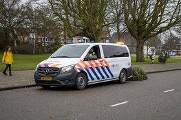 Agenten helpen kinderen met inzamelen kerstbomen
