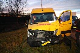 DHL wagen botst op kerende Albert Heijn wagen in Spaarndam