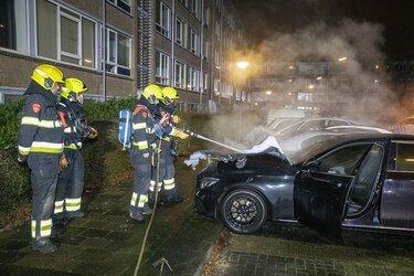 Geparkeerde taxi uitgebrand in Arnostraat