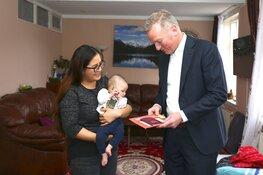Burgemeester bezorgt paspoort baby Benjamin aan huis