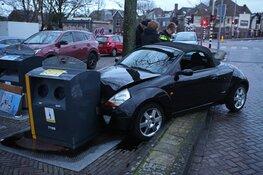 Auto botst tegen ondergrondse vuilcontainer na botsing