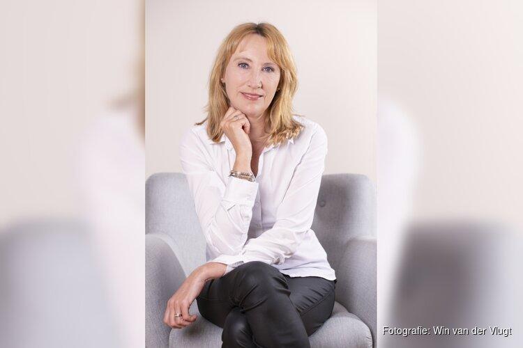 Veelzijdig schrijfster Simone van der Vlugt in Kennemer Theater