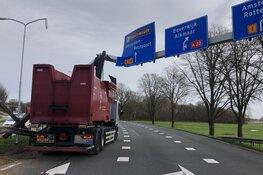 Bestuurder vrachtwagen rijdt constructie met wegbewijzering uit de grond