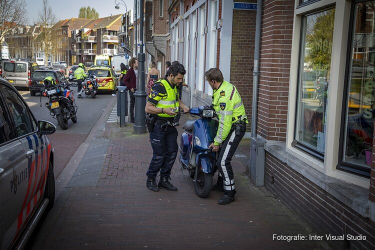 Scooterrijder gewond na botsing met busje in centrum Haarlem