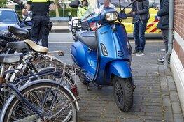 Scooter botst op afslaande auto op de Leidsevaart