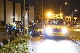 Motorrijder hard onderuit voor de Schoterbrug in Haarlem