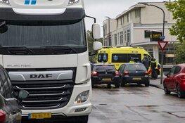 Fietsster geschept door afslaande vrachtwagen op de Rijksstraatweg