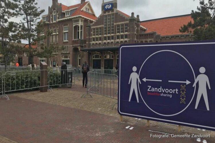 Gemeente Zandvoort maakt looproutes over Stationsplein voor veiligheid strandbezoekers