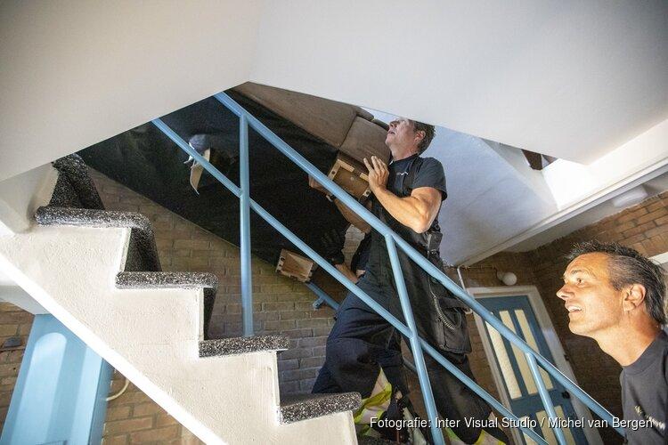 Bankstel muurvast in trappenhuis aan de Planetenlaan