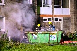 Containerbrand slaat over op flat: woningen ontruimd, veel schade