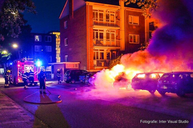 Geparkeerde auto's gaan in vlammen op aan Laan van Kanaän in Beverwijk