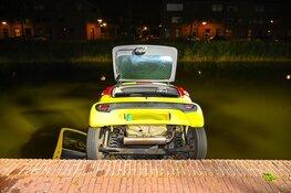 Auto te water aan het Schrijverskwartier in Heemskerk