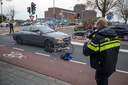 Fietsster gewond na aanrijding door auto in Haarlem