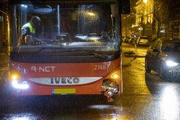 R-Net bus botst op vluchtheuvel aan de Wilhelminastraat in Haarlem