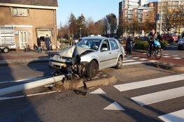 Auto ramt lantaarnpaal in Heemskerk