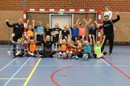 Eredivisionist HV KRAS/Volendam geeft handbal clinic aan jeugd van HCV'90