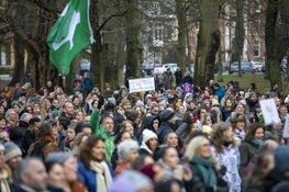 Grote groep betogers tegen coronamaatregelen in Haarlem