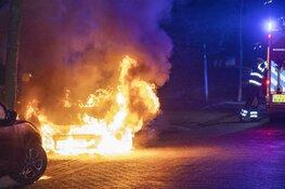 Metershoge vlammen bij autobrand Platbodem Velserbroek